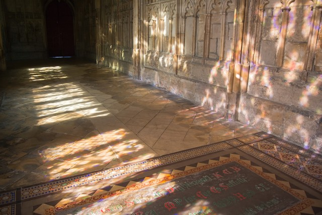 グロスター聖堂とステンドグラスの影の写真