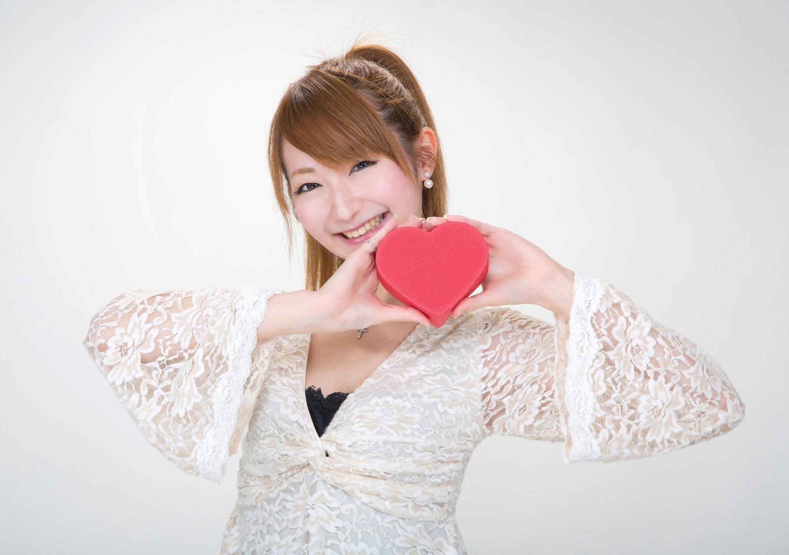 「ハート形のプレゼントを持った女の子」の写真[モデル:to-ko]