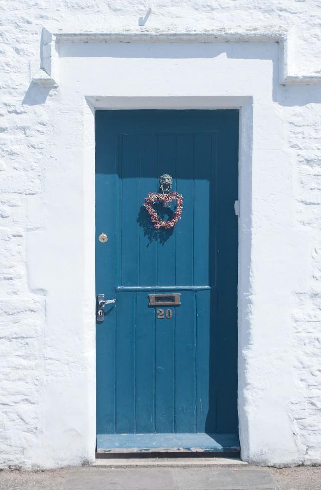 白い壁と青い扉の写真