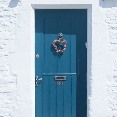 「白い壁と青い扉」の写真素材