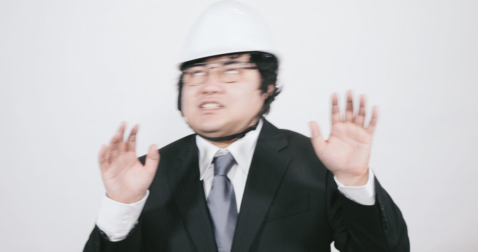 「冷静さを失う職員」の写真[モデル:段田隼人]