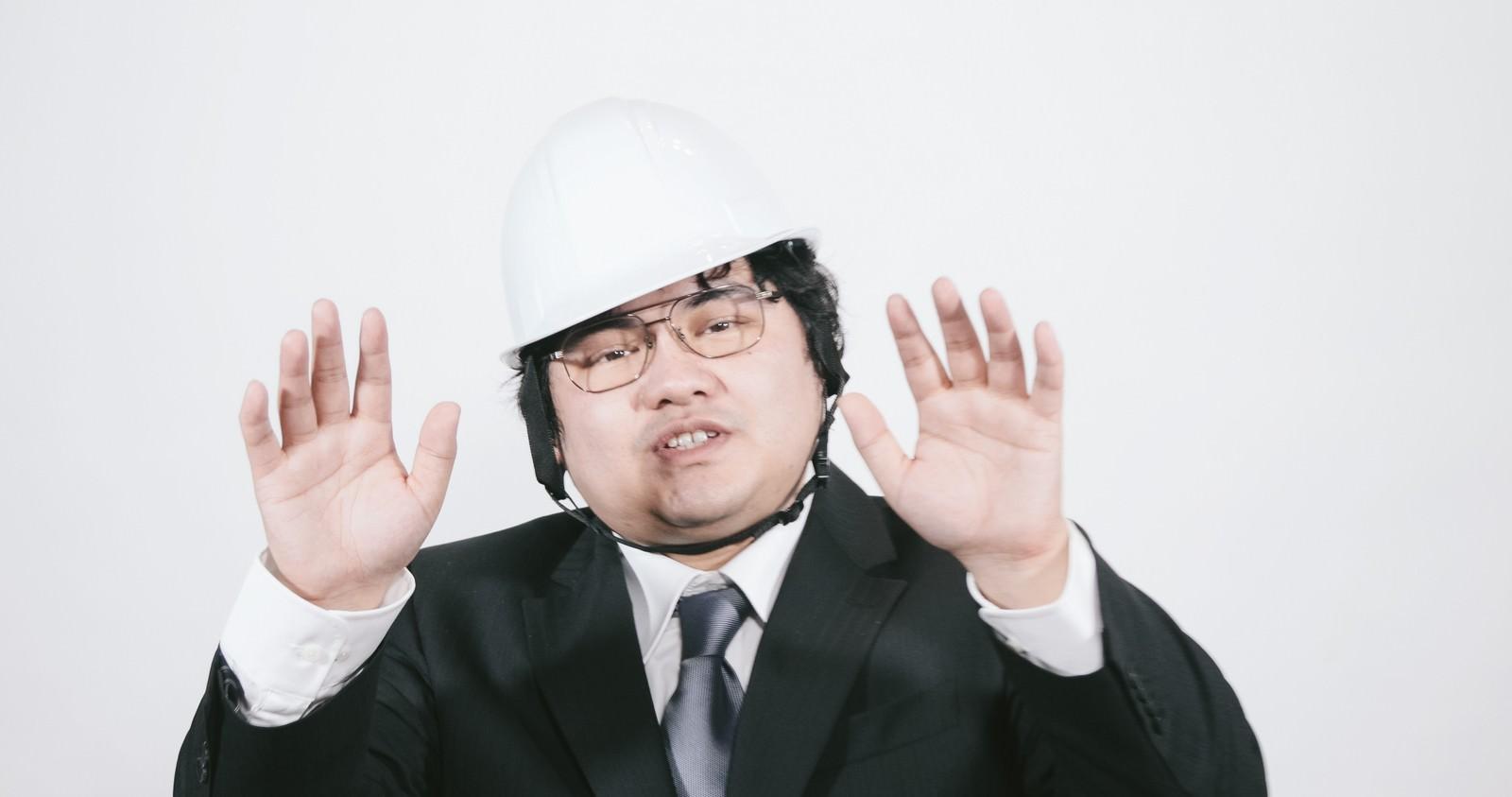 「ヘルメットを被った職員」の写真[モデル:段田隼人]