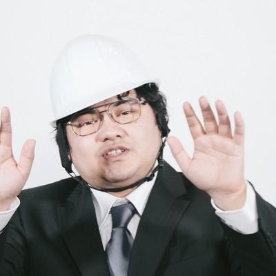 ヘルメットを被った職員の写真