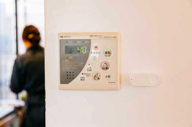 湯沸かし器の横に取り付けられたダッシュボタンの写真