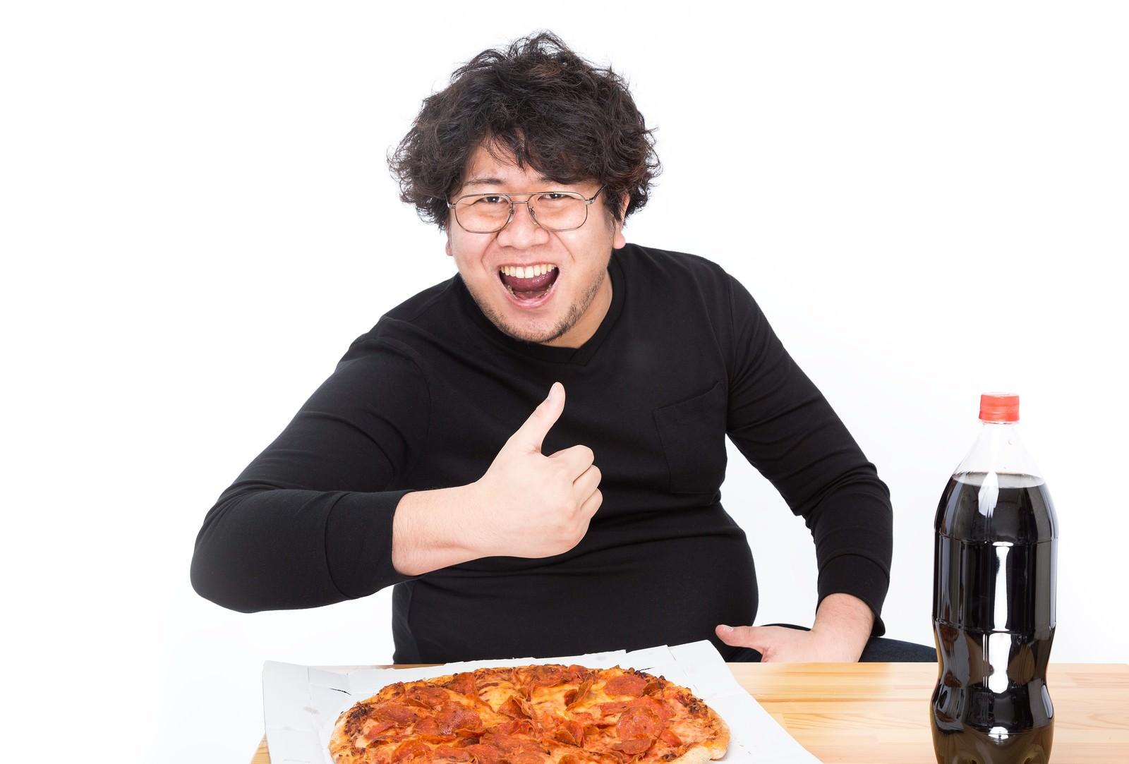 「「これがオレのバリューセットだ!」とドヤ顔をキメるピザ」の写真[モデル:朽木誠一郎]
