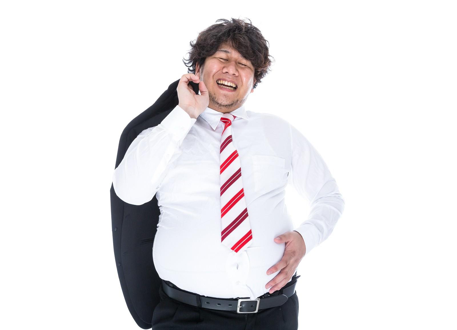 「大量のカロリーを摂取し満面の笑みで職場に戻る係長」の写真[モデル:朽木誠一郎]