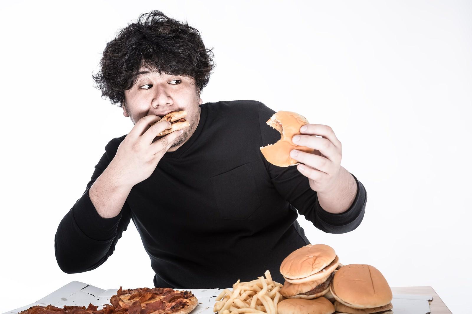 「左右左右BAのリズムでハンバーガーを食べるゲーマー | 写真の無料素材・フリー素材 - ぱくたそ」の写真[モデル:朽木誠一郎]