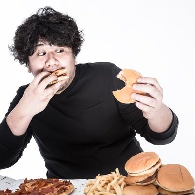 「左右左右BAのリズムでハンバーガーを食べるゲーマー」の写真素材