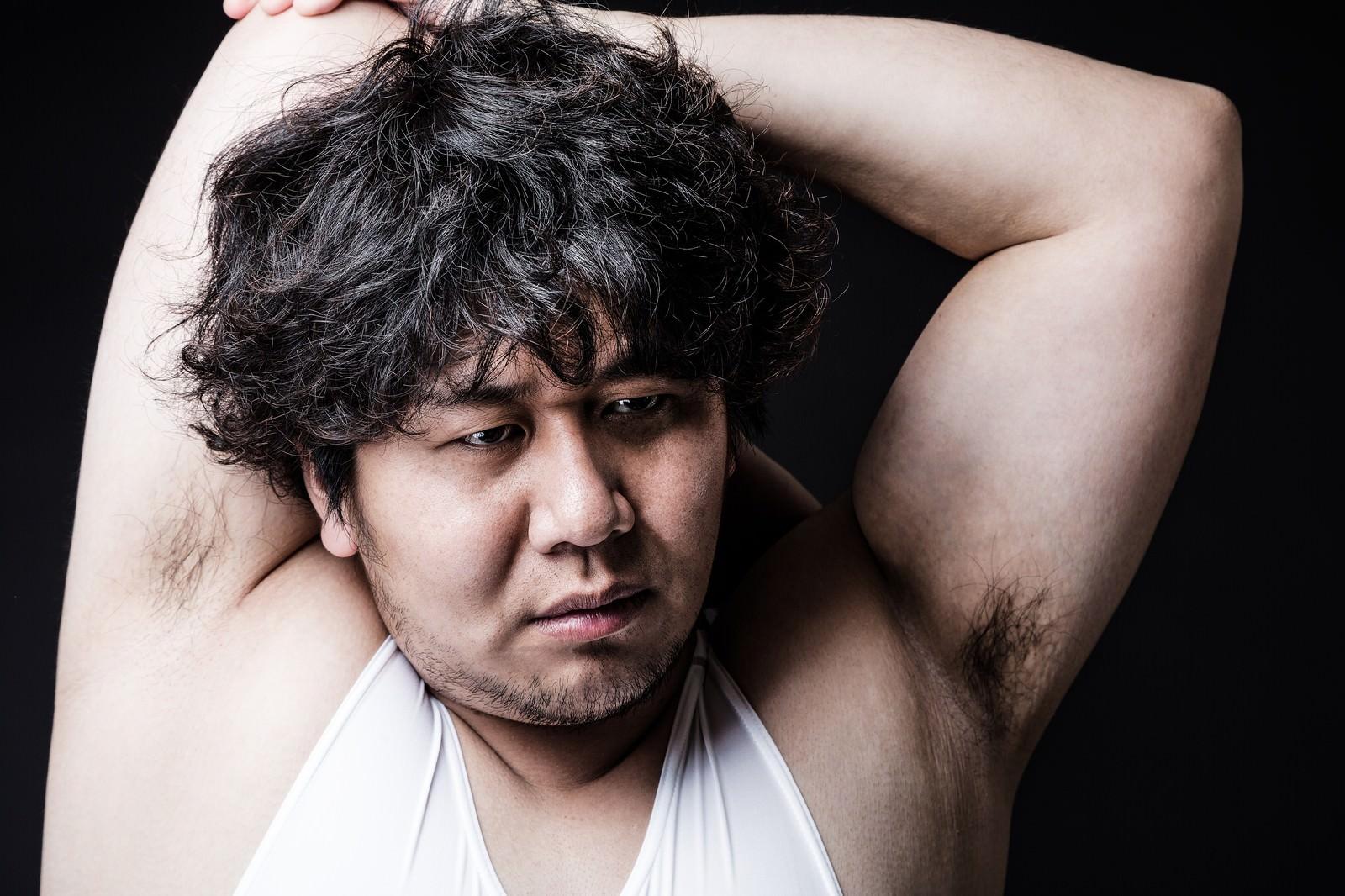 「意外と肩の関節が柔らかいアマレス部の副部長」の写真[モデル:あまのじゃく]