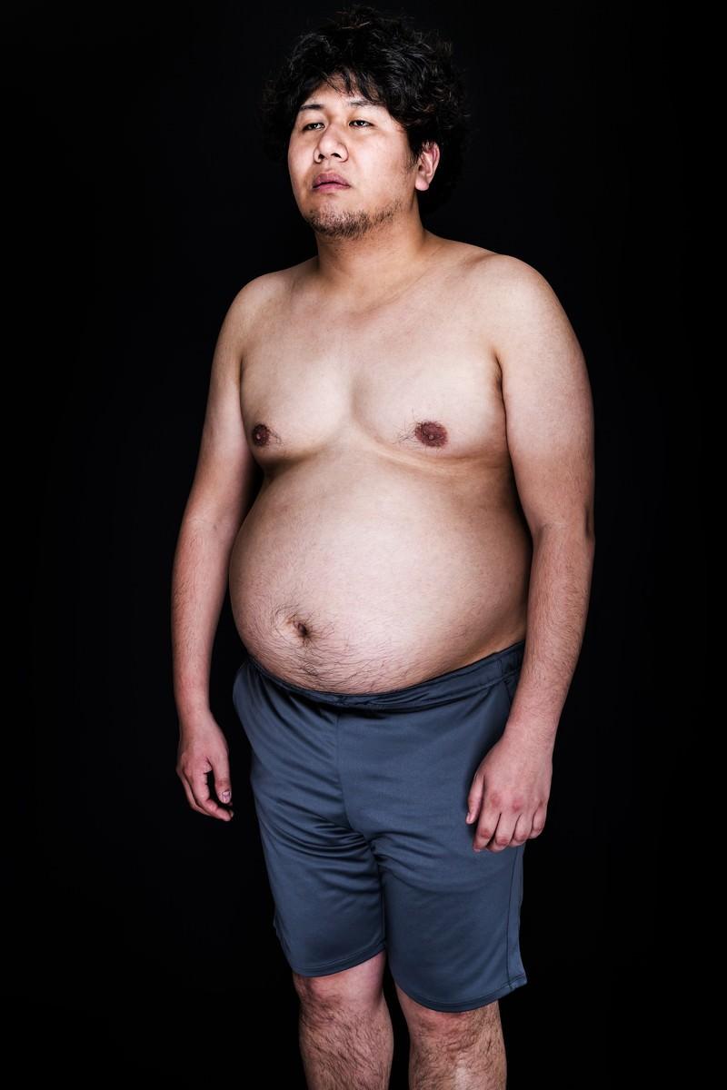 「肉体改造を妄想中の肥満児」の写真[モデル:朽木誠一郎]