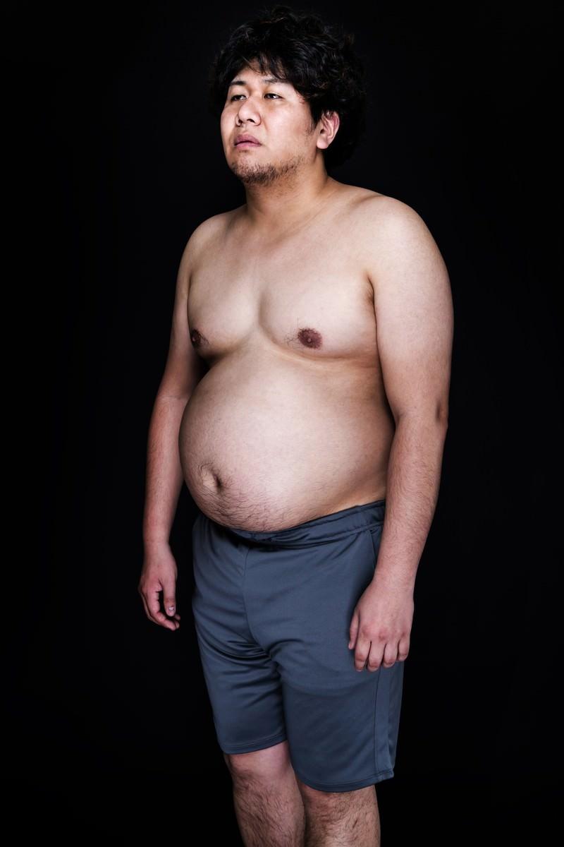 「食事制限中にジャンクフードが食べたくて遠い目」の写真[モデル:朽木誠一郎]