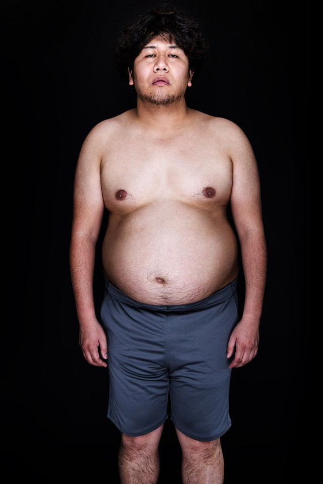 ノーガード戦法で正中線を無防備に晒すアマチュア格闘家の写真