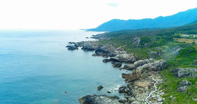 ムシロを敷き詰めたような巨岩が連なる徳之島ムシロ瀬の写真
