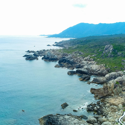 「ムシロを敷き詰めたような巨岩が連なる徳之島ムシロ瀬」の写真素材
