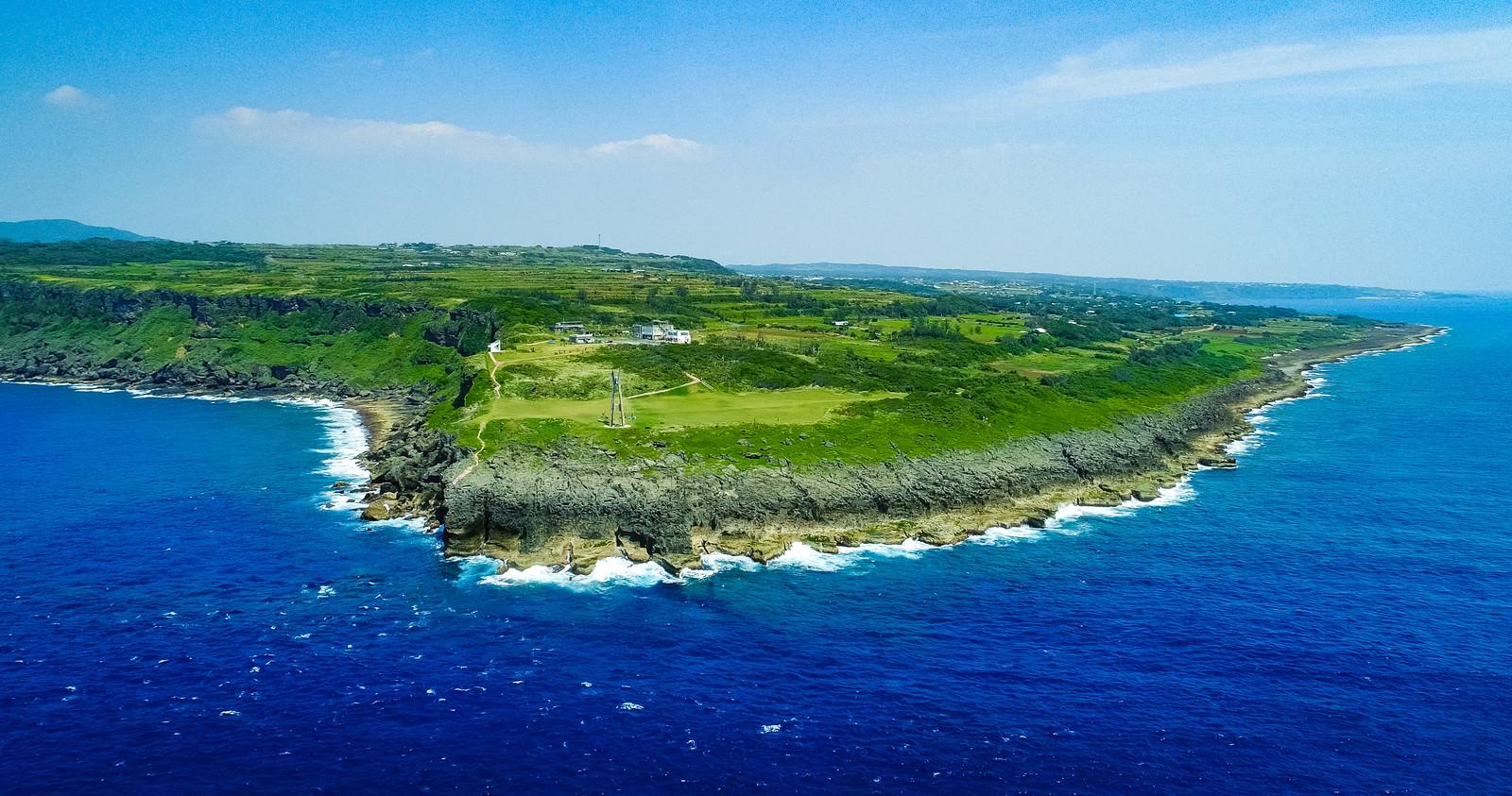 「犬田布岬と戦艦大和慰霊塔を空撮で一望する | 写真の無料素材・フリー素材 - ぱくたそ」の写真