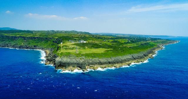 犬田布岬と戦艦大和慰霊塔を空撮で一望するの写真