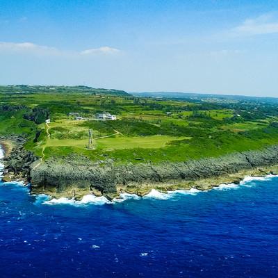 「犬田布岬と戦艦大和慰霊塔を空撮で一望する」の写真素材