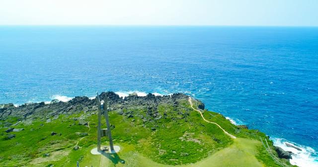 戦艦大和慰霊塔と大海原の写真