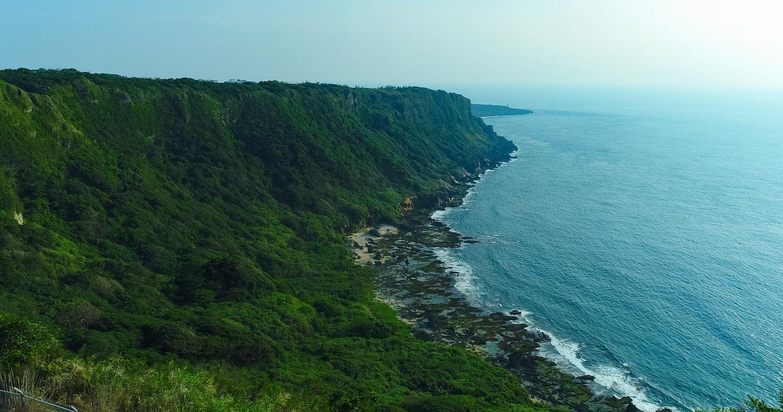 「隆起サンゴ礁と犬の門蓋の奇岩の景観」の写真