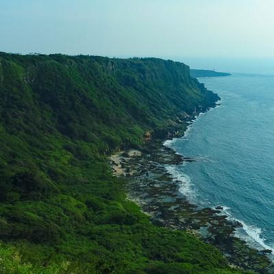 隆起サンゴ礁と犬の門蓋の奇岩の景観の写真