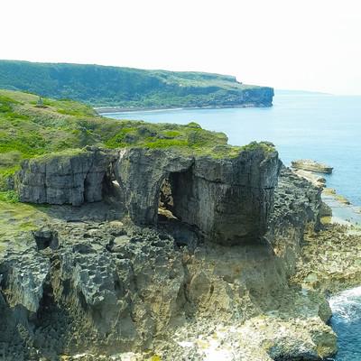 「犬の門蓋(いんのじょうふた)のメガネ岩」の写真素材