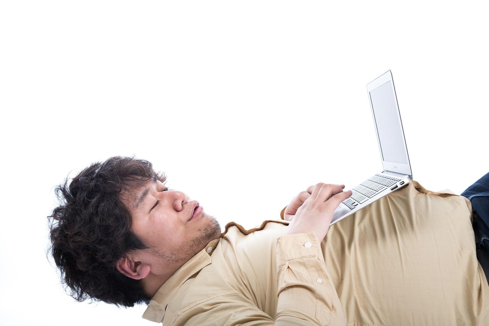 「「オレの腹に置けばどんなパソコンもデスクトップになる(ドヤッ)」」の写真[モデル:朽木誠一郎]