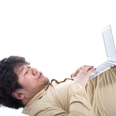 「「オレの腹に置けばどんなパソコンもデスクトップになる(ドヤッ)」」の写真素材