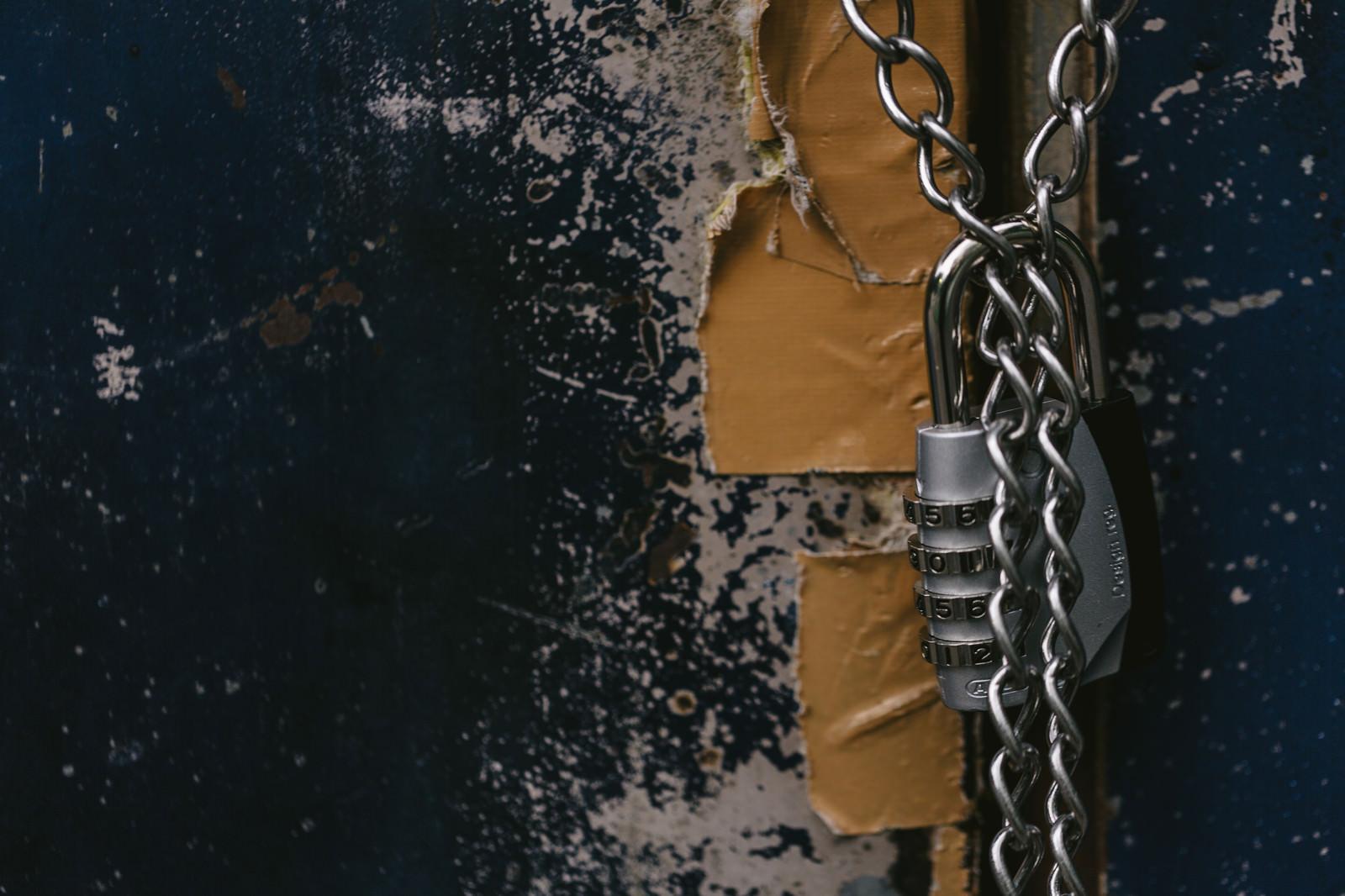 「南京錠でロックしている意味がないくらいテープで補強されたドア南京錠でロックしている意味がないくらいテープで補強されたドア」のフリー写真素材を拡大