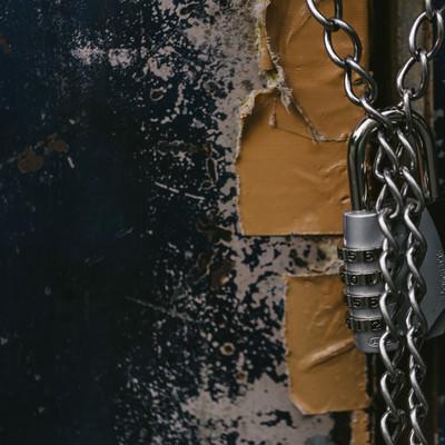 「南京錠でロックしている意味がないくらいテープで補強されたドア」の写真素材