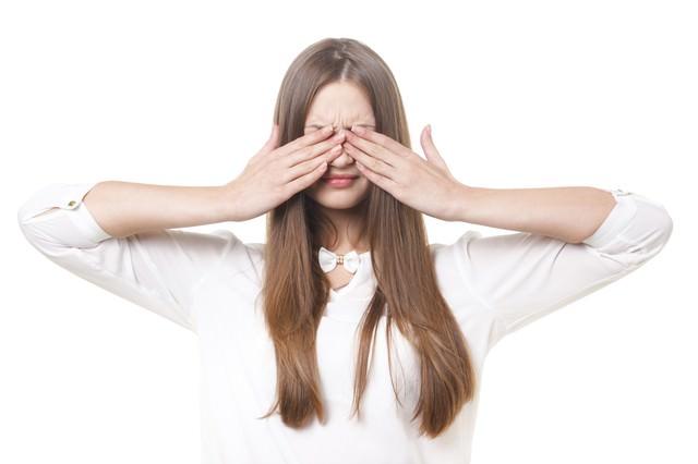 目を隠したブロンド髪の女性