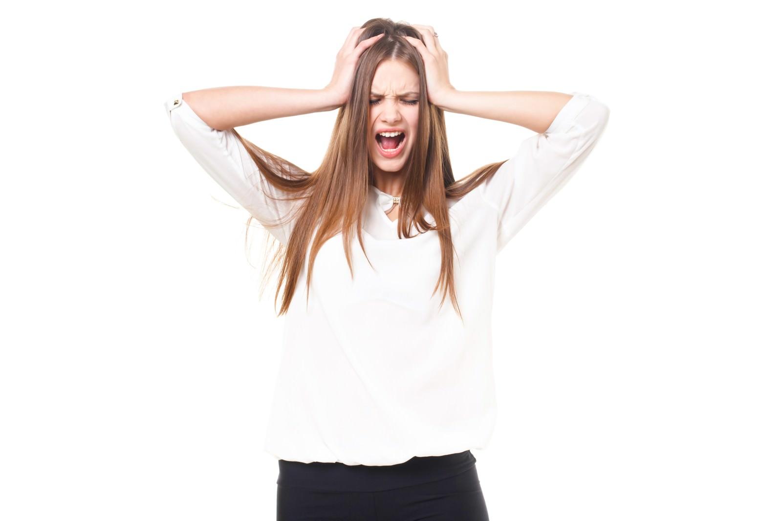 「頭を抱えて叫ぶ女性(ロシア人)」の写真[モデル:モデルファクトリー]