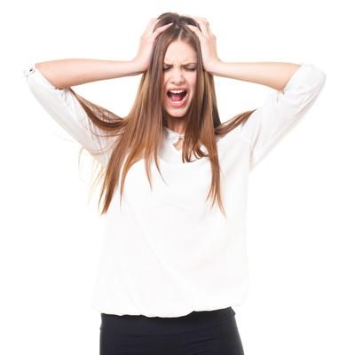 「頭を抱えて叫ぶ女性(ロシア人)」の写真素材