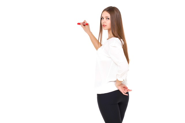 赤いペンでマークするロングヘアの美女の写真