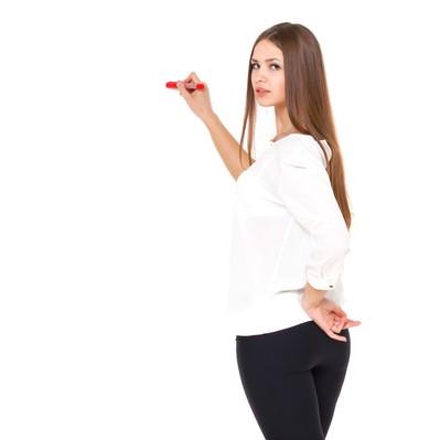 「赤いペンでマークするロングヘアの美女」の写真素材