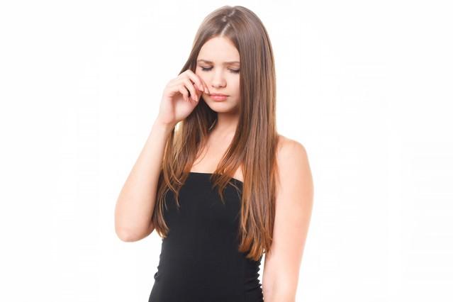 悲しくて涙する女性の写真