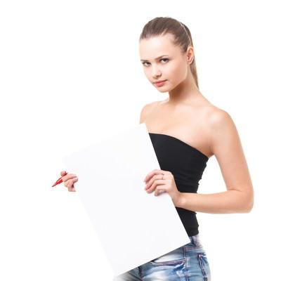 「白いボードを手に持った外国人の女性」の写真素材