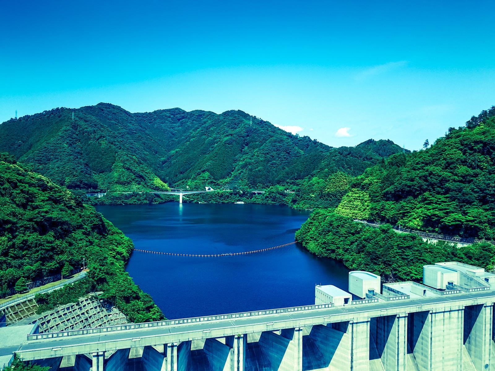 「奥津湖と苫田ダム(岡山県鏡野町)」の写真