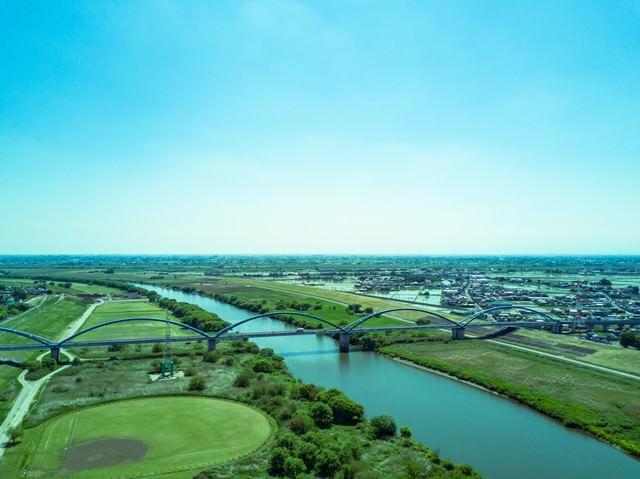 渡良瀬川と街並み(空撮)の写真