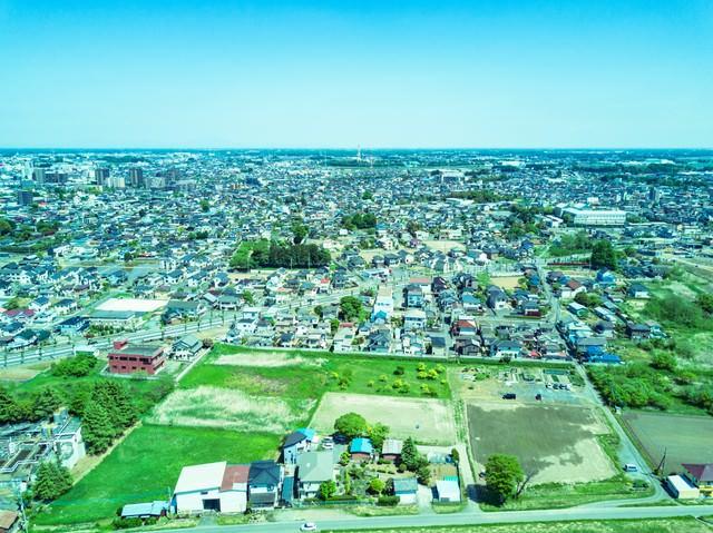 上空100m付近の街並みの写真