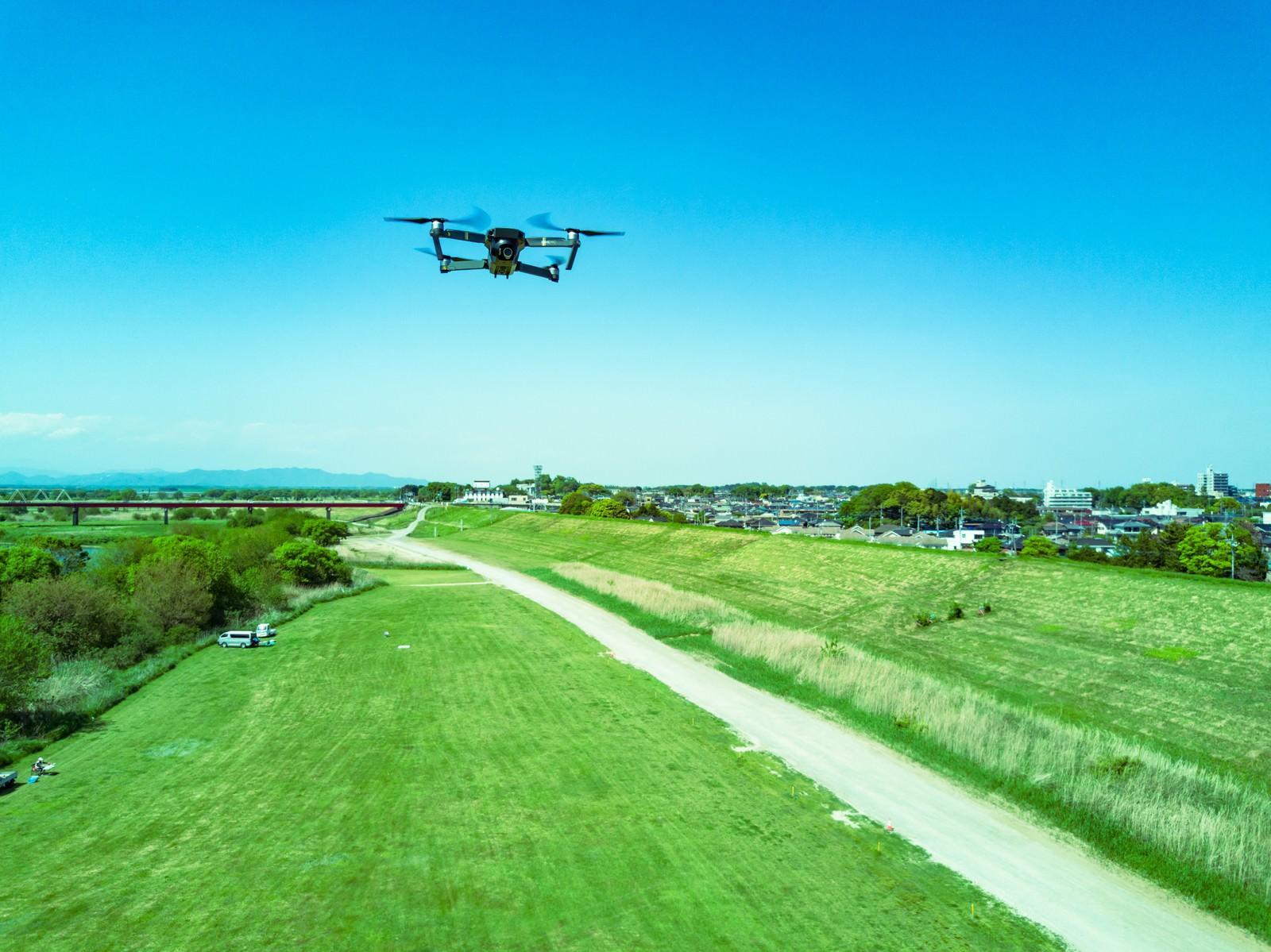 「上空を飛行するドローン(Mavic Pro)」の写真