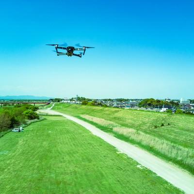 「上空を飛行するドローン(Mavic Pro)」の写真素材