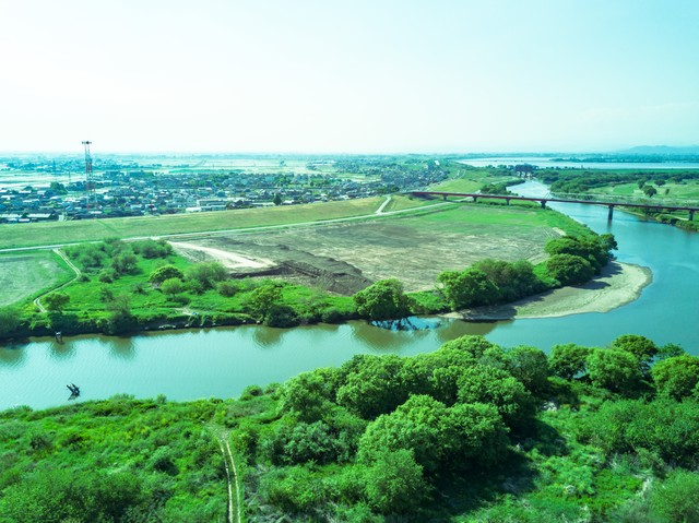 流れが穏やかな渡良瀬川(下流)の写真