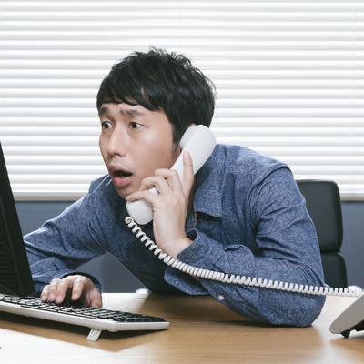 「自社の著作権侵害をチェックする担当者」の写真素材