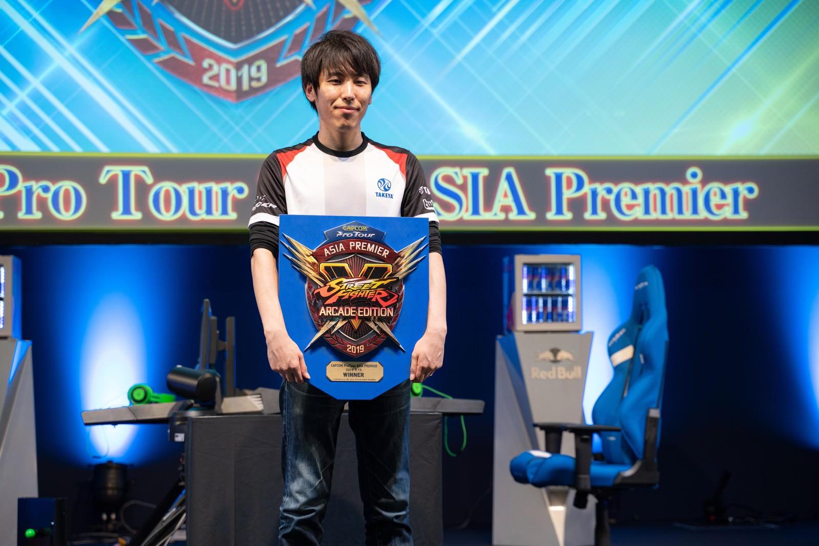 「優勝盾を持つももち選手 - CAPCOM Pro Tour 2019 アジアプレミア」の写真
