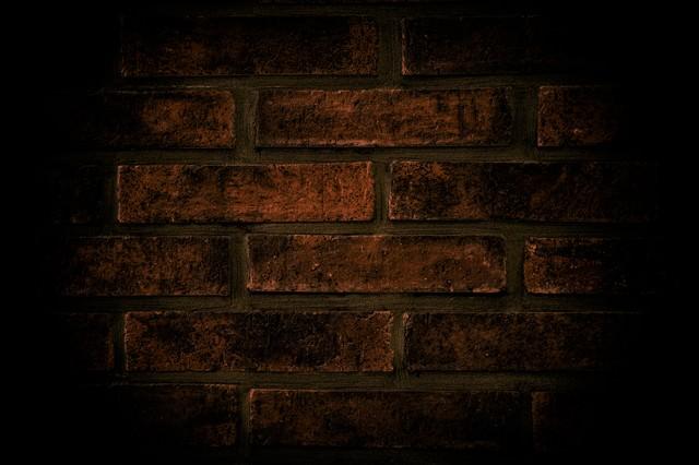 薄暗いレンガの壁の写真