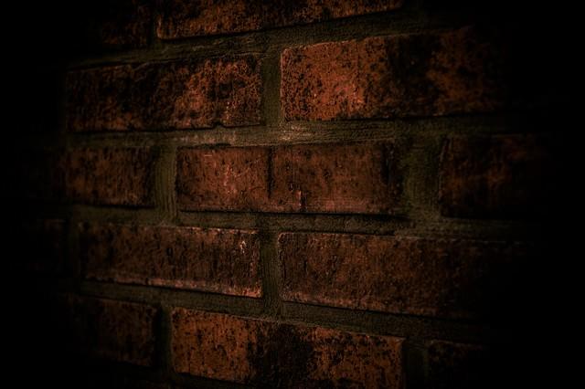 不気味なレンガの外壁の写真