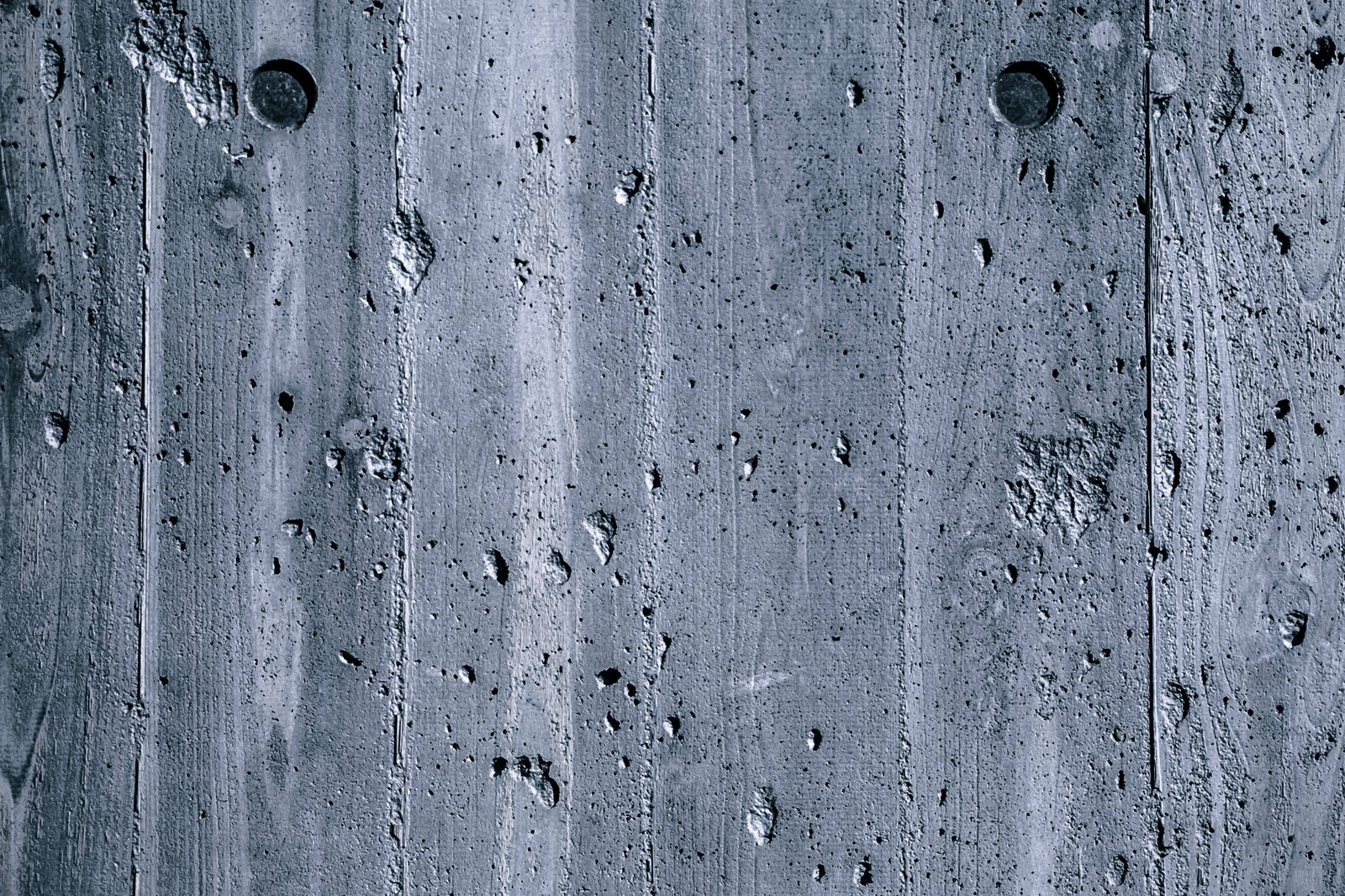 「傷が目立つ木目の壁(テクスチャー)」の写真
