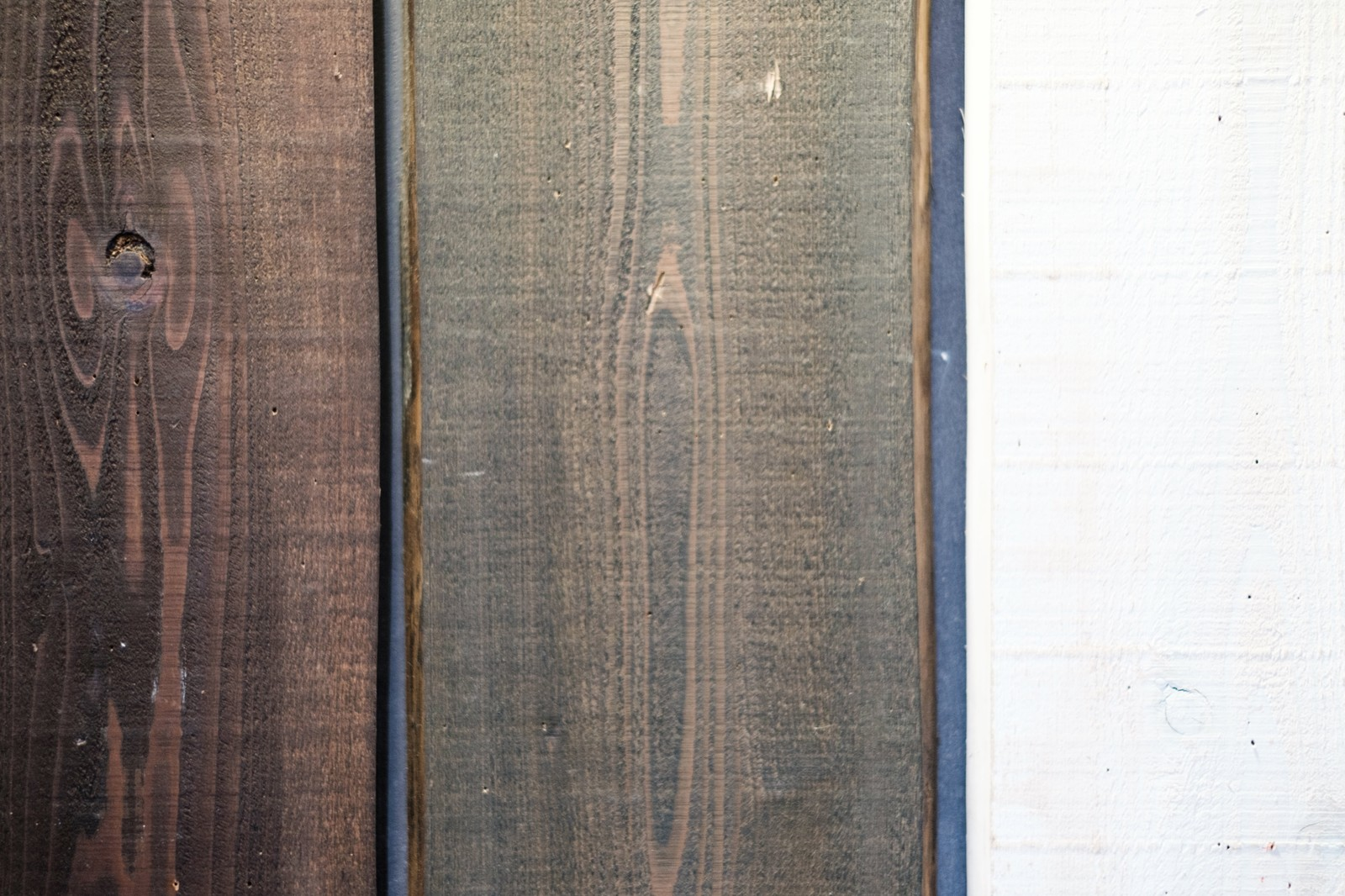 「塗装された木の板」の写真