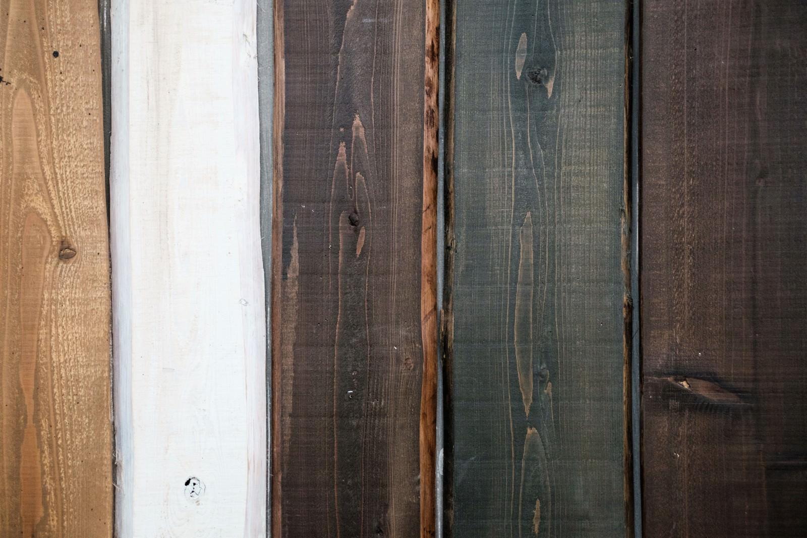 「塗装の色が異なる木の板(テクスチャー)」の写真