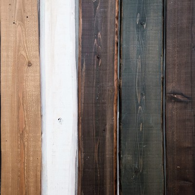 背景のデザインによく合う木目の板の写真